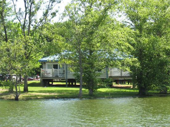 Whittington, IL: Cabins from the Lake