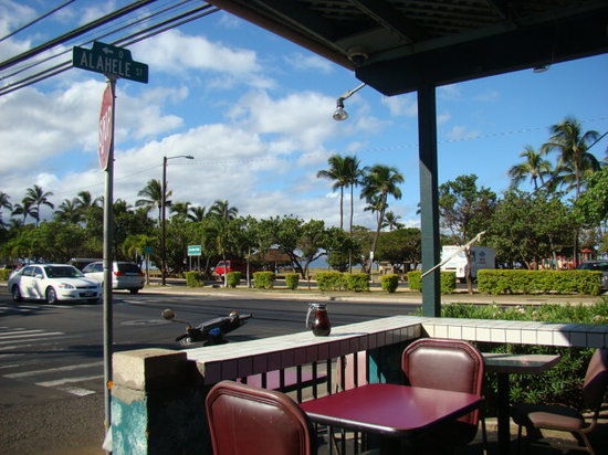 Kihei Caffe: view sitting outside to eat across from a park beach