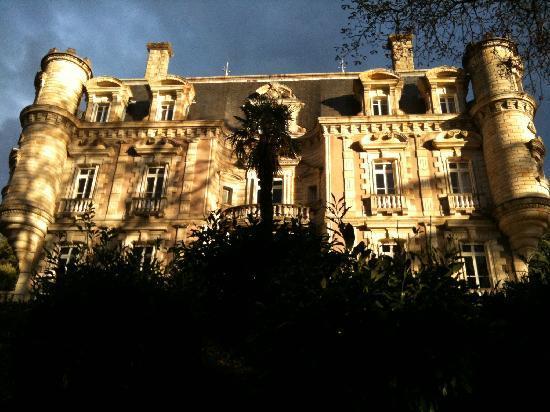 Chateau Clement: Vue du château depuis le chemin en contrebas