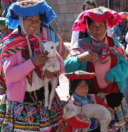 Cusco, Pérou : Locals with tradional dresses