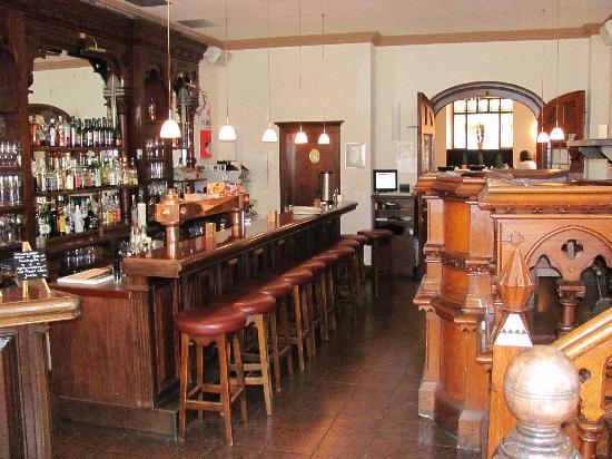 Hotel Michel Mort: The dark wood bar