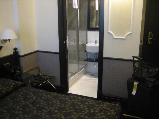 هوتل بست روما: The bathroom, with sliding door for space!