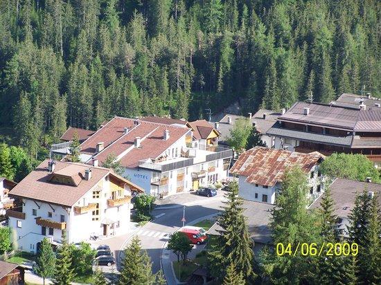 Hotel Putia: L'hotel visto dalla collina (è quello con la macchina blu davanti)