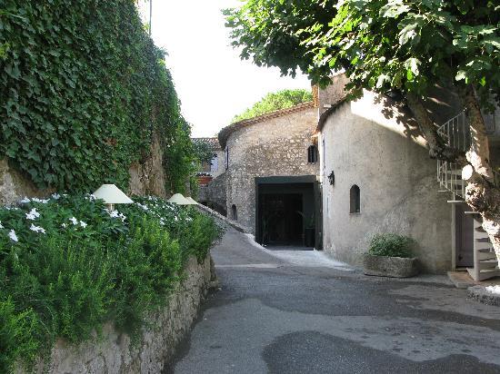 Le Moulin de Mougins: Hotel entrance from the parking