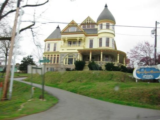 One of the beautiful victorian homes picture of eureka for Home builders arkansas
