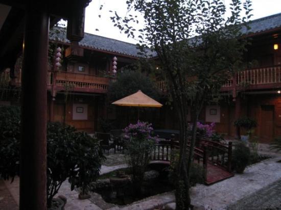 โรงแรมลี่เจียง หวังฟู: Morning view of our hotel's courtyard