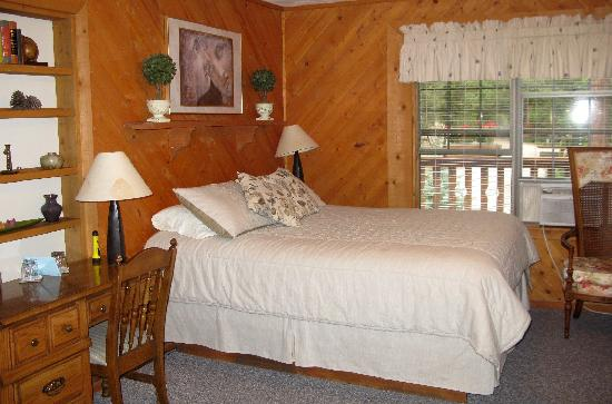 Country Sunshine Bed and Breakfast: Comfy bedroom
