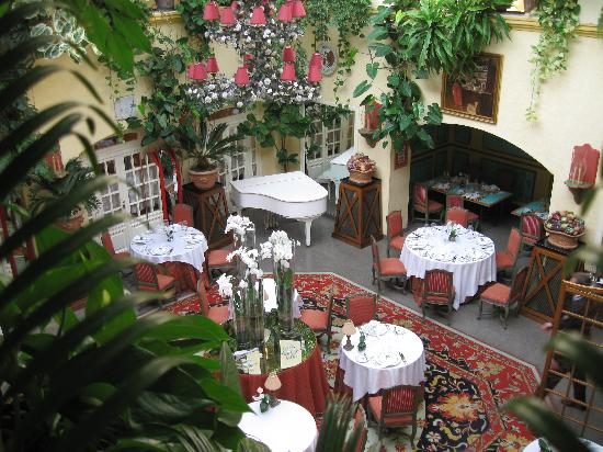 Stikliai Hotel and Restaurant: Restaurant Courtyard