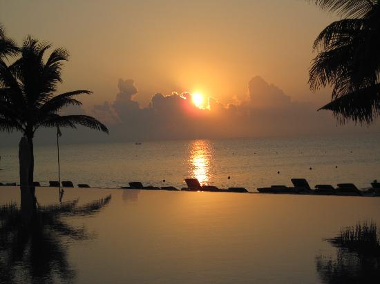 Royal Hideaway Playacar: Sunrise over the infinity pool, courtesy of God...