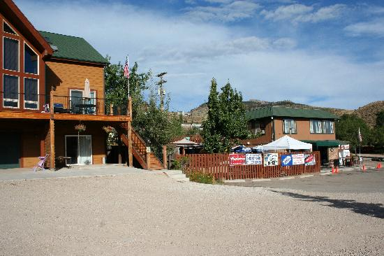 Horsetooth Hideaway Bed & Breakfast/Hotel: Front of B&B and biker bar next door