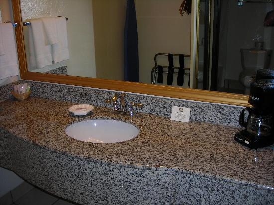 BEST WESTERN Inn: 2nd Visit 9-21-09 -Better Vanity Area Shot