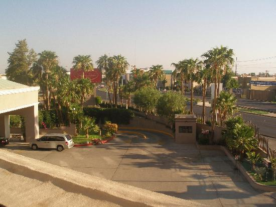 Real Inn Mexicali : View from tiny window by the 1st floor elevator.