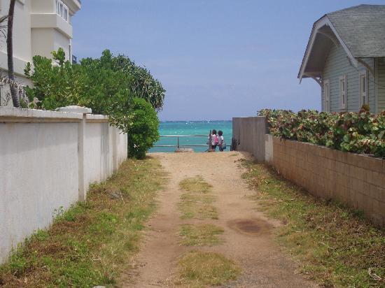 Lanikai Beach: 家と家の間の狭い道を抜けると