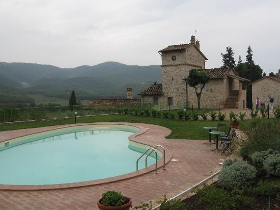 Agri&Golf: Veduta dei due casali dalla piscina