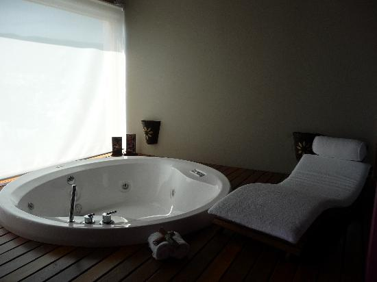 Kkala Boutique Hotel: Jacuzzi in deluxe room