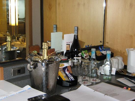 Crowne Plaza Auckland: Mini bar area with goodies