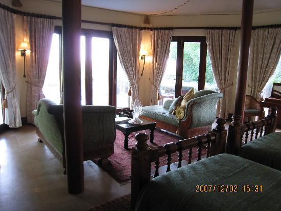 Al Maha, A Luxury Collection Desert Resort & Spa : 部屋(入口側から)