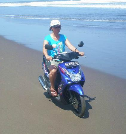 Taksu Holiday Club: My wife and I enjoyed riding up and down the beach