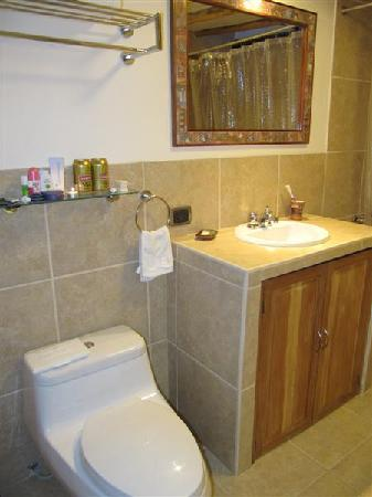 Second Home Cusco: Bright bathroom - Good natural light