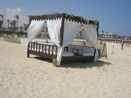 Jaz Almaza Beach Resort: gazebo in spiaggia