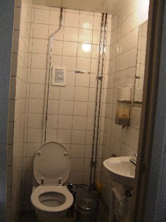colonial hotel bagno con doccia dietro il muretto