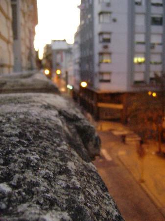 Ayres Portenos Hostel: atardecer desde el balconcito de la habitacion
