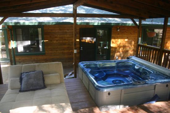 Sacred Springs Retreat and B&B: Hot tub and chill out place