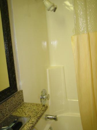 Days Inn Mission Valley Qualcomm Stadium/ SDSU : The clean shower