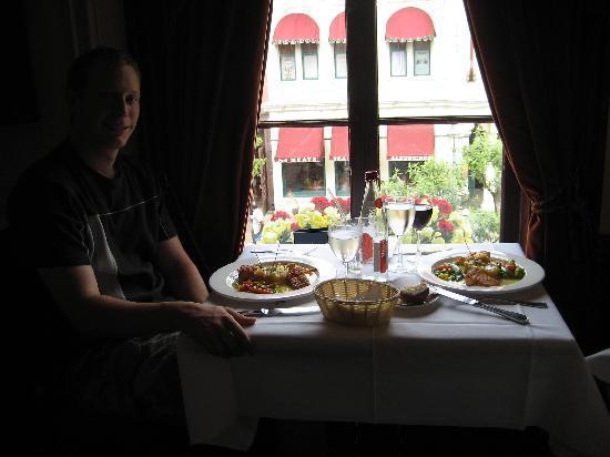 Walt's - an American Restaurant : Window seat in Walt's.