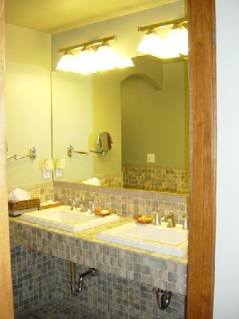 San Luis Creek Lodge: Bathroom is gorgeous and it has a jacuzzi tub!