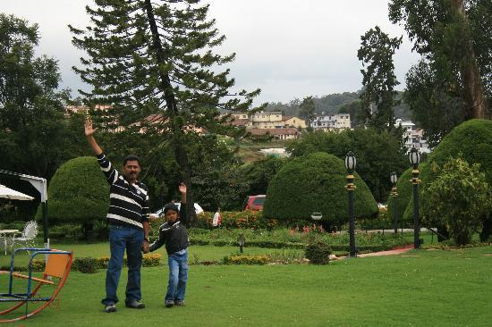 Taj Savoy Hotel, Ooty: Me and jr in the garden