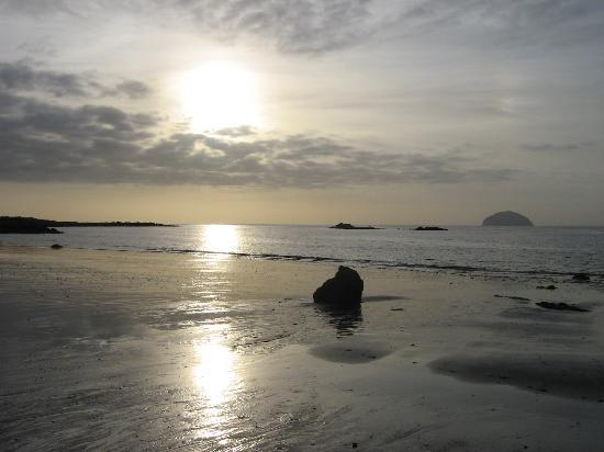 Girvan, UK: Beach opposite hotel