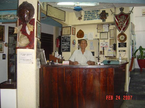Hotel Los Reyes: De Los Reyes Front Desk