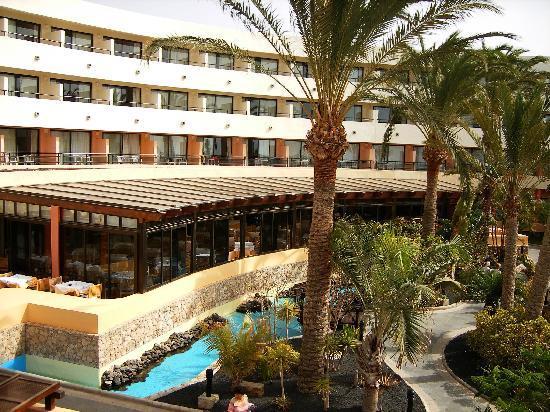 Iberostar Playa Gaviotas: Vista interior.Al fondo comedor