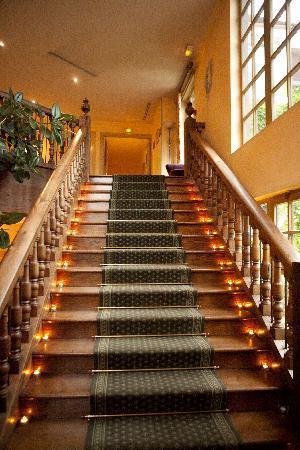 Le Manoir De Gressy: Escalier éclairé à la bougie du plus belle effet
