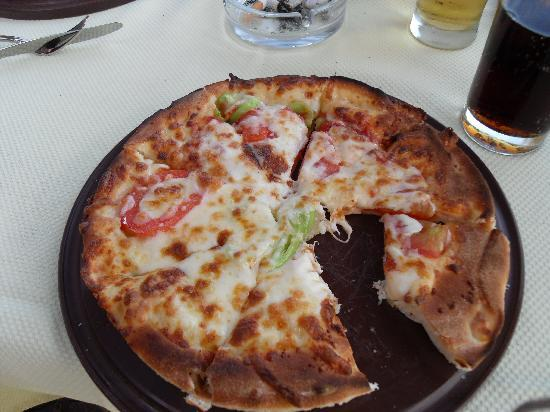 Alba Resort Hotel: The lovely pizza's served all day at the beach bar