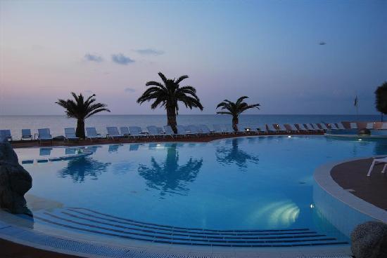 Hotel Cala di Volpe: Piscina al tramonto