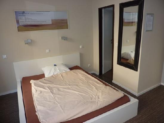 Hotel Sandmanns: großes Bett im Einzelzimmer