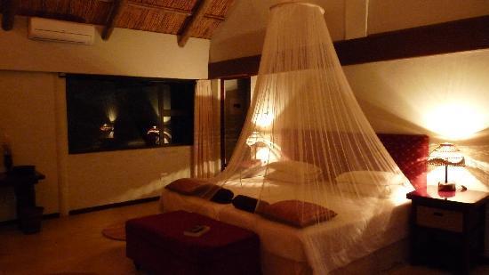 Leopard Walk Lodge: chambre la nuit
