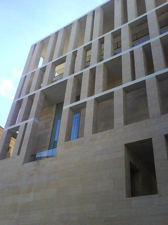 Plaza Cardenal Belluga: uno de los laterales es el edificio municipal de rafael moneo