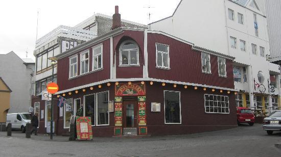 เรคยาวิก, ไอซ์แลนด์: row of restaurants of the downtown Reykjavik