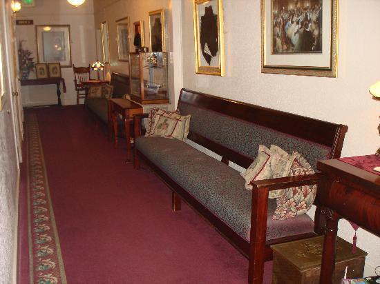 Bishop Victorian Hotel: Third floor hallway