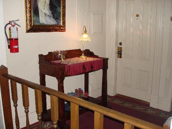 Bishop Victorian Hotel: Desk in hallway