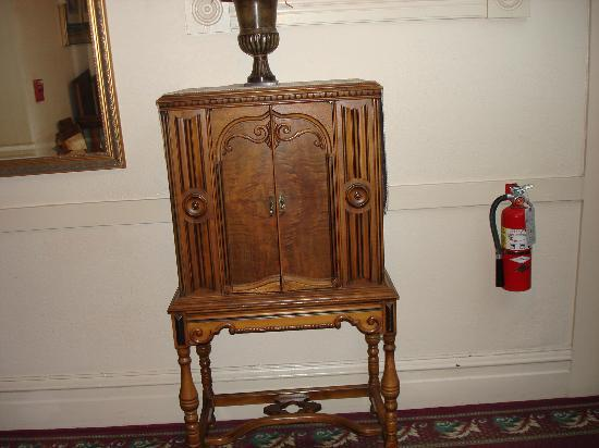 Bishop Victorian Hotel: Hallway furniture