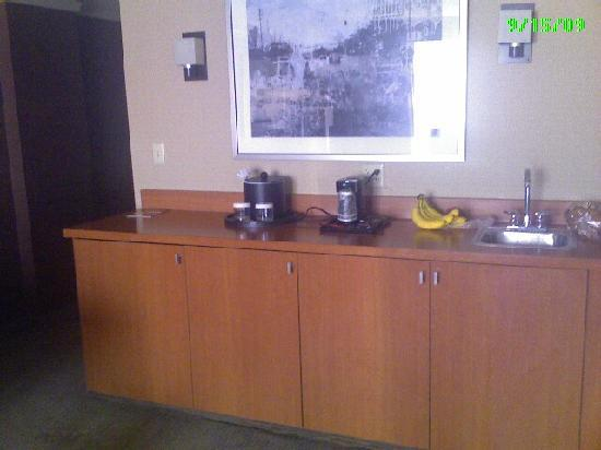 Crowne Plaza Hotel Kansas City Downtown: Small kitchen area with fridge in one of panels