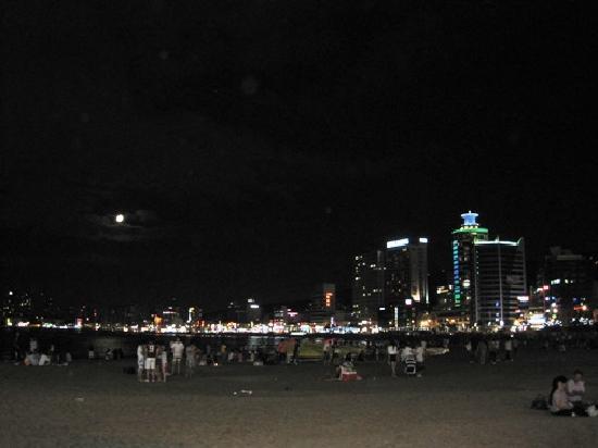 Busan, Südkorea: Gwangalli Beach at midnight Saturday - lots of people!