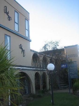 أمباسادور ثيرمال موتل: 本館です。壁のヤモリがかわいいです。