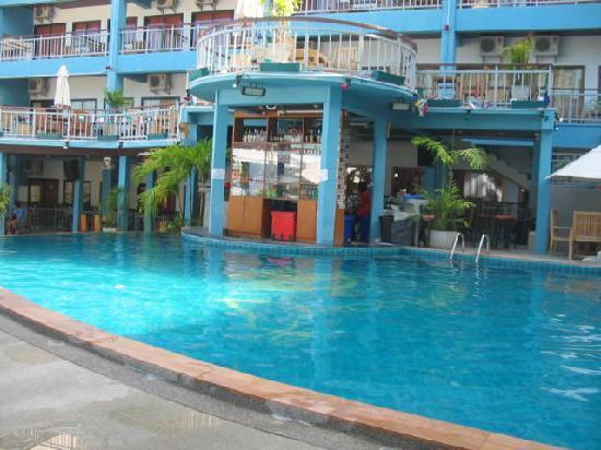 ดรอปอินซันไรส์โฮเทล (เดิมคือซันไรส์โฮเทล พะงัน: Swimming pool - deserted as usual.