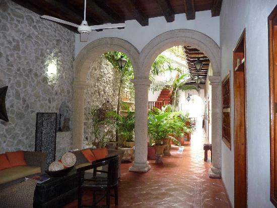 Foto de hotel casa del curato cartagena patio interior for Casas con patio interior