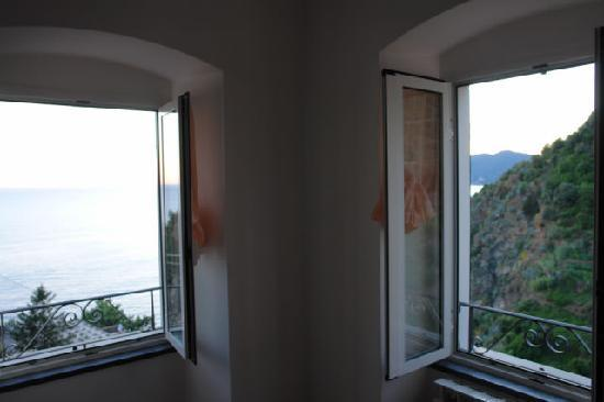 Casa Fabrizia: windows in a bedroom